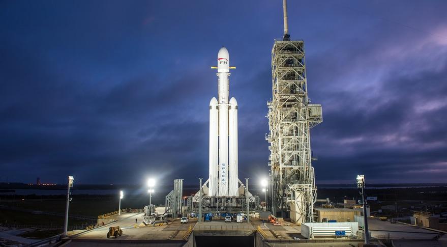 SpaceX'in Ay'a ve Mars'a gidecek olan uzay gemisi tanıtıldı
